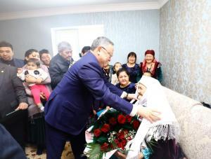 В первый день Нового года Ондасын Уразалин поздравил долгожительницу со 100-летием